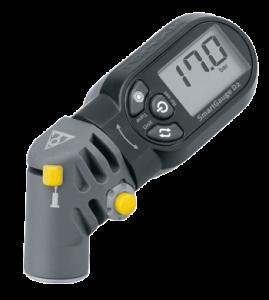 تصویری از یک فشارسنج دیجیتالی آنالوگ روشن در حال نمایش 17 باز فشار